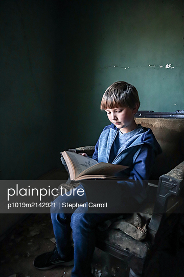 Boy reading a book - p1019m2142921 by Stephen Carroll
