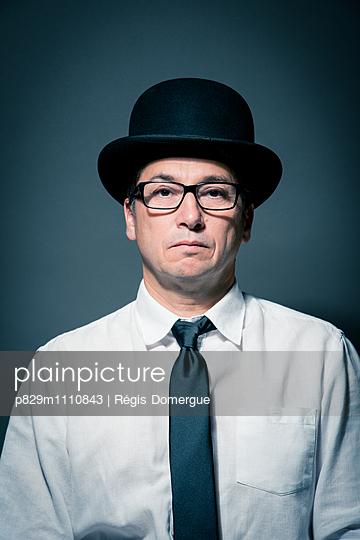 Mann mit Brille und Hut, Porträt - p829m1110843 von Régis Domergue