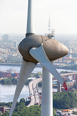 Windrad vor Hamburger Stadtkulisse - p1079m890670 von Ulrich Mertens