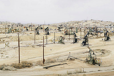 Oil rigs and wells in the Midway-Sunset shale oil fields, the largest in California - p1100m876701f by Paul Edmondson