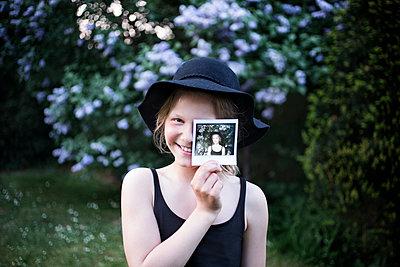 Mädchen mit Polaroid - p1348m1215626 von HANDKE + NEU