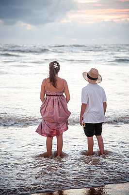 Two children on beach - p1437m1502328 by Achim Bunz