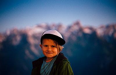 Boy enjoying view on peak, Bludenz, Vorarlberg, Austria - p429m2153052 by ©JFCreatives