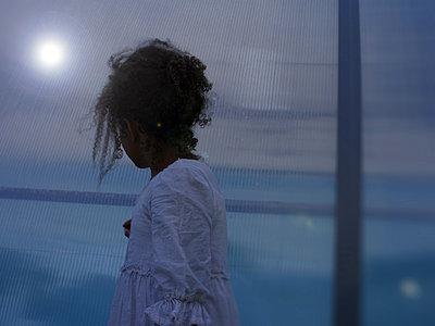 Dunkelhäutiges Mädchen in der Dämmerung - p945m1480842 von aurelia frey