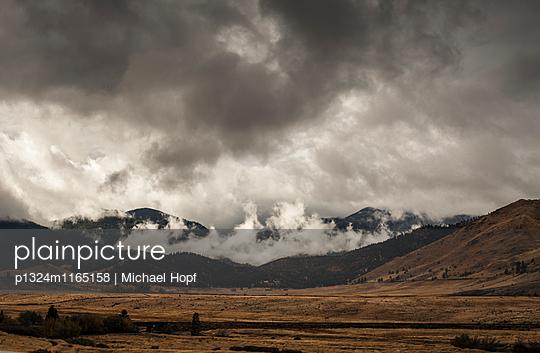 Nebel über einer kalifornischen Bergkette  - p1324m1165158 von michaelhopf