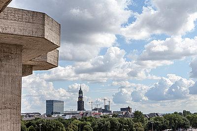 Blick auf Hamburger Michel - p1202m1425662 von Jörg Schwalfenberg