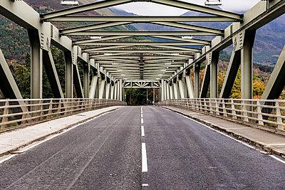UK, Scotland, steel bridge along the A82 in Scotland - p300m2013251 von William Perugini