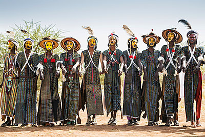 Niger,Agadez,Agades,Inebeizguine,Sub-Sahara,Male,Men,Africans,Nigerien,Wodaabe,Wodabi,Wadabe,Fula,Bororo,Ethnic group,Traditional dress,Embroidered garments,Long garments,Leather aprons,Turbans,Traditional hats,Wide-brimmed hats,Straw hats,Ostrich feather - p652m1166930 by Nigel Pavitt