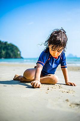 Junge spielt im Sand - p680m1511695 von Stella Mai