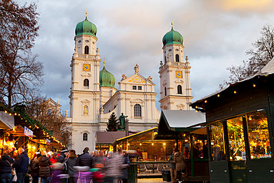Christmas Market in front of the Cathedral of Saint Stephan, Passau, Bavaria, Germany, Europe - p871m1017449 by Miles Ertman
