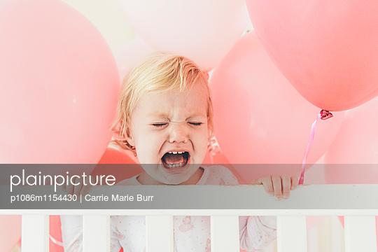 Kleines Mädchen weint heftig - p1086m1154430 von Carrie Marie Burr