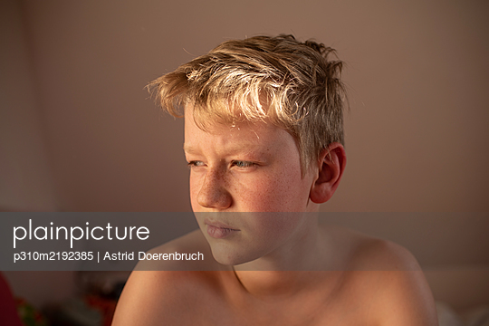Sun on his hair - p310m2192385 by Astrid Doerenbruch