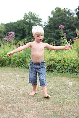 Junge tanzt auf Wiese - p045m939869 von Jasmin Sander
