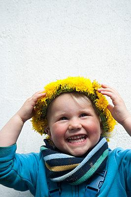 Little girl wearing dandelion wreath - p116m2099954 by Gianna Schade