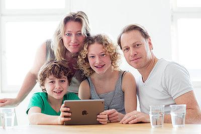 Fasmilie mit Tablet in der Küche - p1212m1094482 von harry + lidy