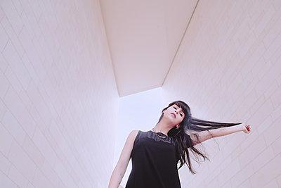 Frau in dynamischer Pose - p1429m2008090 von Eva-Marlene Etzel