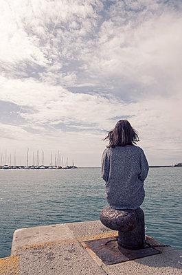 Frau sitzt am Steg - p1443m2002064 von SIMON SPITZNAGEL