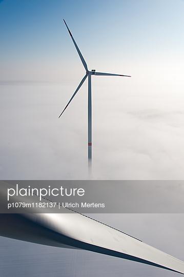 Windenergie im Winter - p1079m1182137 von Ulrich Mertens