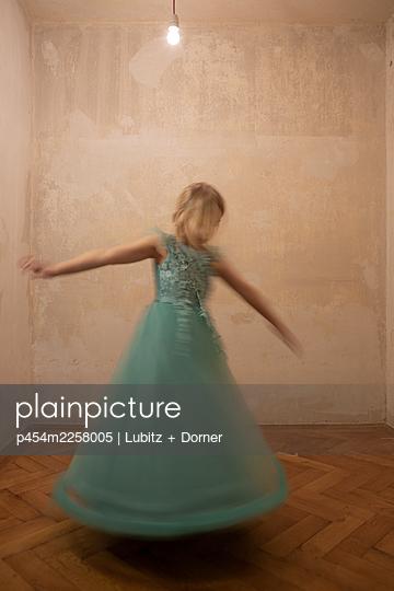 Dancing - p454m2258005 by Lubitz + Dorner