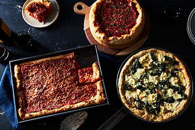 Chicago-style Pizza, Deep Dish Pizza - p1379m1525962 von James Ransom