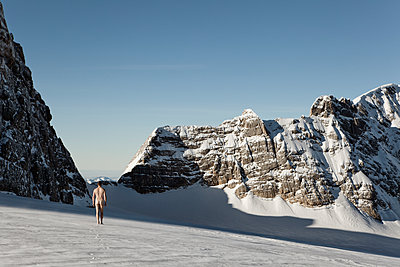 A man walks naked on a glacier - p1383m2020741 by Wolfgang Steiner