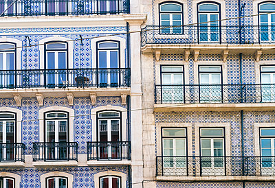 Portugal, Lisbon, facades of two multi-family houses, partial view - p300m1581098 by A. Tamboly