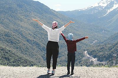 Mother and son enjoying mountain view, Sochi, Russia - p300m2154813 by Ekaterina Yakunina