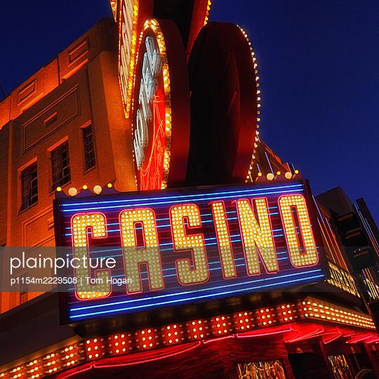 USA, Las Vegas, Kasino, Neonschild - p1154m2229508 von Tom Hogan