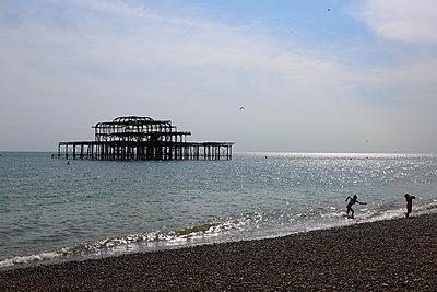 Children playing at dawn on Brighton beach - p1289m2173574 by Elisabeth Blanchet