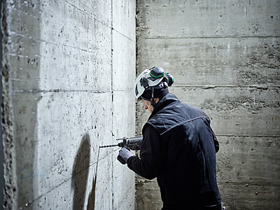 Construction worker drilling, electric drill - p300m2079033 by Christian Vorhofer