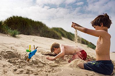 Im Sand spielen - p305m1171510 von Dirk Morla