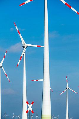 Windräder und ein Andreaskreuz - p739m1128975 von Baertels