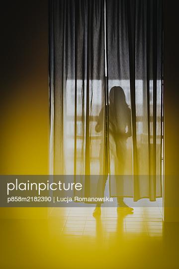 Silhuette hinter einem Vorhang - p858m2182390 von Lucja Romanowska