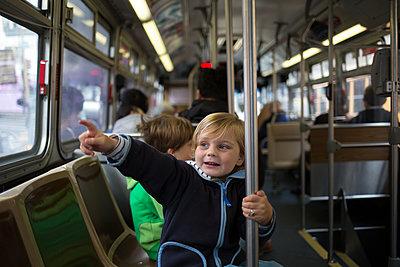 Kinder in Straßenbahn - p1308m2065291 von felice douglas