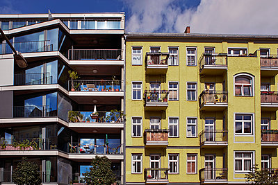 Neubau und Altbau in Berlin Friedrichshain - p390m1207962 von Frank Herfort