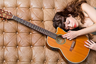 Gitarristin - p814m972407 von Renate Forster