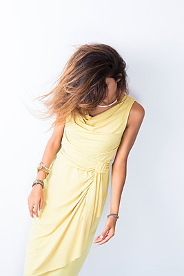 Young woman in a yellow dress - p967m891588 by Wessel Wessels