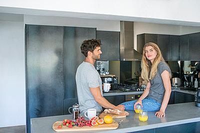 Paar in der Küche - p1156m2015788 von miep