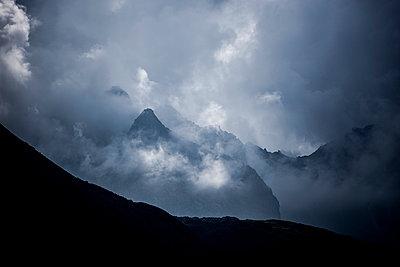 Wolkenstimmung in den Bergen - p248m1058278 von BY