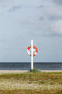 Rettungsring am Badestrand - p248m1064316 von BY