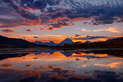USA, Wyoming, Grand Teton National Park, Teton Range, Mount Moran, Oxbow Bend, Snake River at sunset - p300m1028925f by Martin Rügner