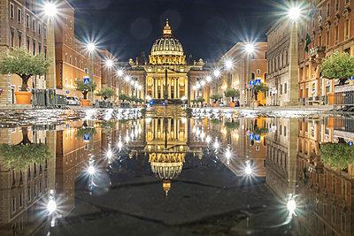 taly, Rome, Vatican City, Via de Conciliazione, Basilica of Saint Peter in background - p300m2080327 von Hans Mitterer