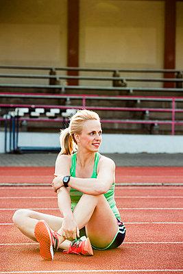 Sportive woman - p904m1031346 by Stefanie Päffgen