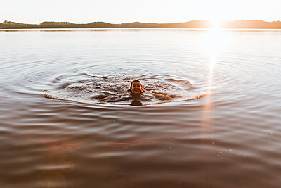 Schwimmen am Abend - p1507m2168041 von Emma Grann