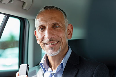 Smiling male professional sitting in car - p300m2287358 by Emma Innocenti