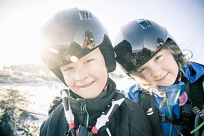 Portrait of siblings wearing helmet in winter - p426m803197f by Katja Kircher