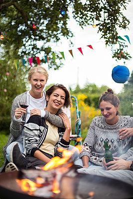 Girlfriends having a garden party - p788m1165282 by Lisa Krechting