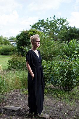 Blonde Frau in schwarzem Outfit - p906m1362802 von Wassily Zittel