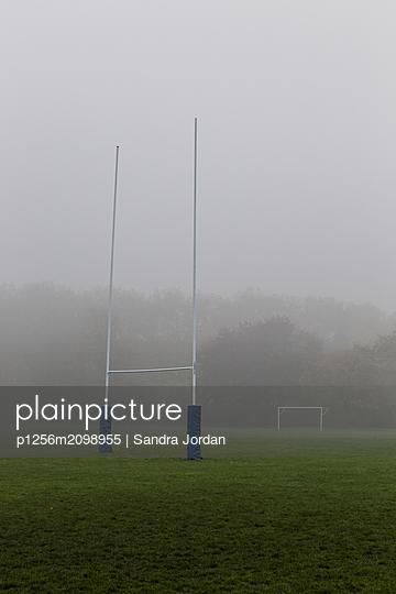 Rugbyfeld im Nebel - p1256m2098955 von Sandra Jordan