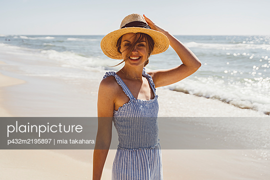 Junge Frau genießt Zeit am Meer - p432m2195897 von mia takahara